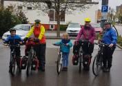 Die fünf Musketiere: Rebekka und ihre zwei Kinder begleiteten uns 16km im Regen.