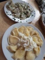 Pirogi, polnisches Nationalgericht: mit Kabis und Pilzen (oben), süss mit Frischkäse (unten)