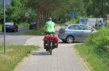 Wenn es einen Radweg gibt, sind Velos auf der Strasse verboten.
