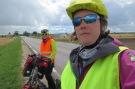 VelofahrerInnen müssen in Litauen eine Leuchtweste mitführen. Wir suchten sie nach ungefähr 20 Kilometern hervor, als wir sahen, dass 90% der VelofahrerInnen eine tragen.