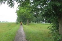In manchen Dörfern werden wir von der Strasse auf holperige Radwege verbannt.