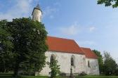 Die 700 Jahre alte Kirche in Harju-Risti mit ihrem speziellen, halbrunden Turm.