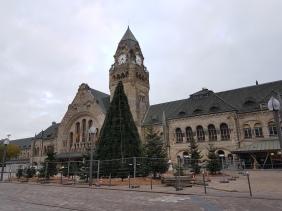 Metz: Bahnhof mit Tannenbaum-Pyramide.