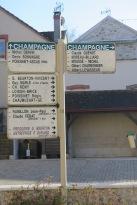 Champagne: In den Dörfern wird angezeigt, welcher Champagner-Betrieb wo zu finden ist.