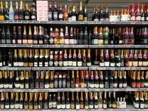 Vorbereitung für Silvester: Champagnerauswahl im Supermarkt