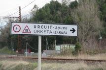 Im Baskenland sind manche Schilder zweisprachig.